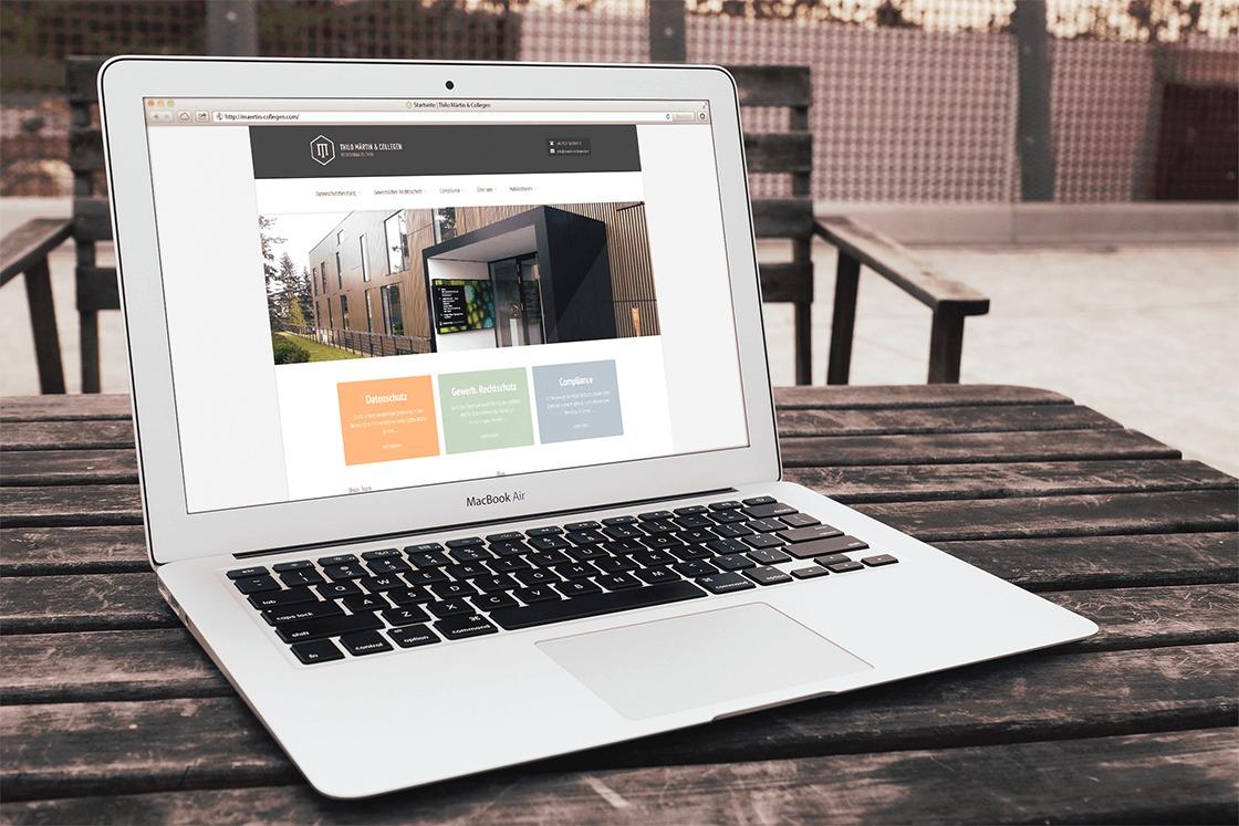 Kanzlei Märtin & Collegen - Webseite auf einem Laptop